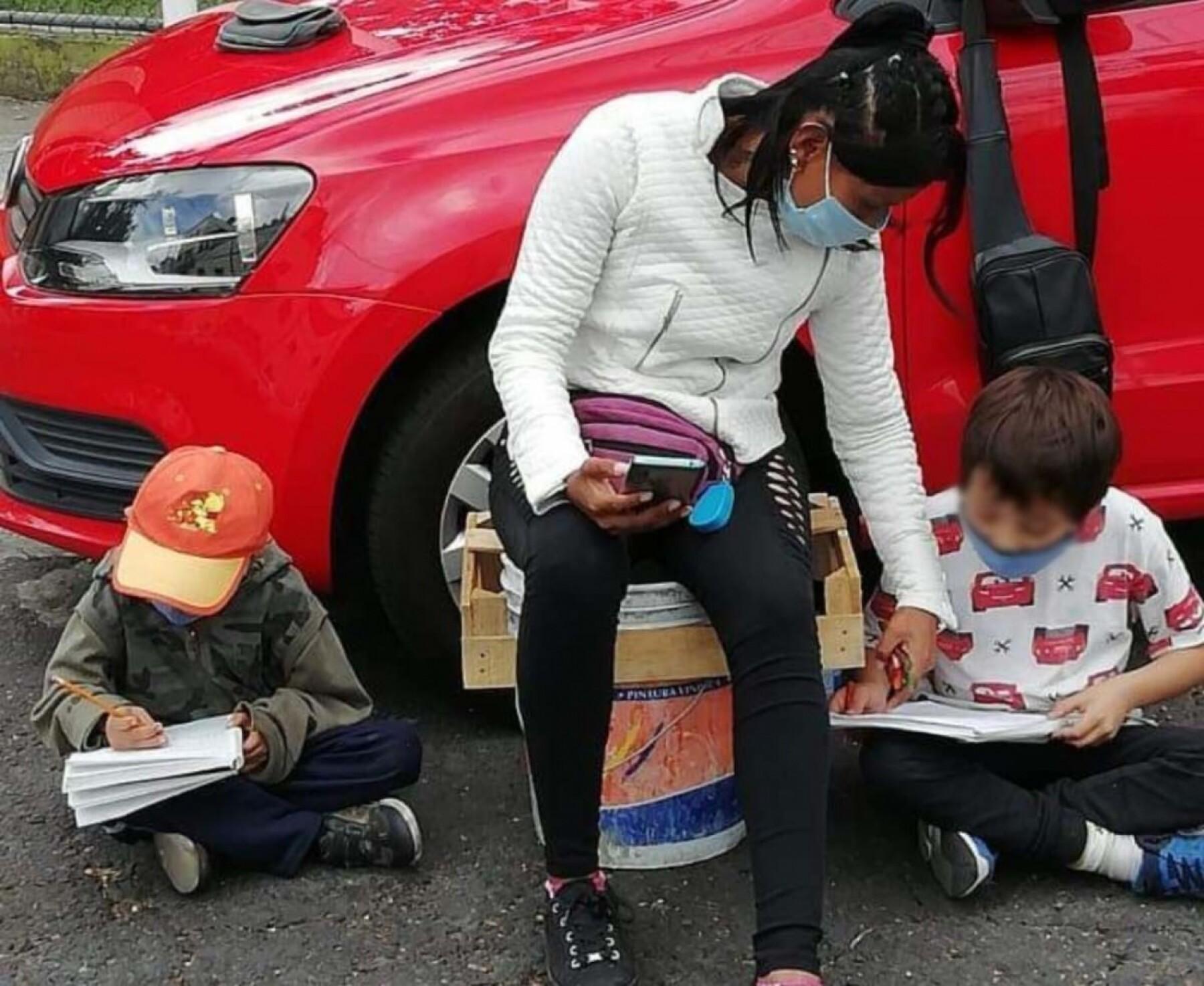 familia_estudiando_en_la_calle.jpg
