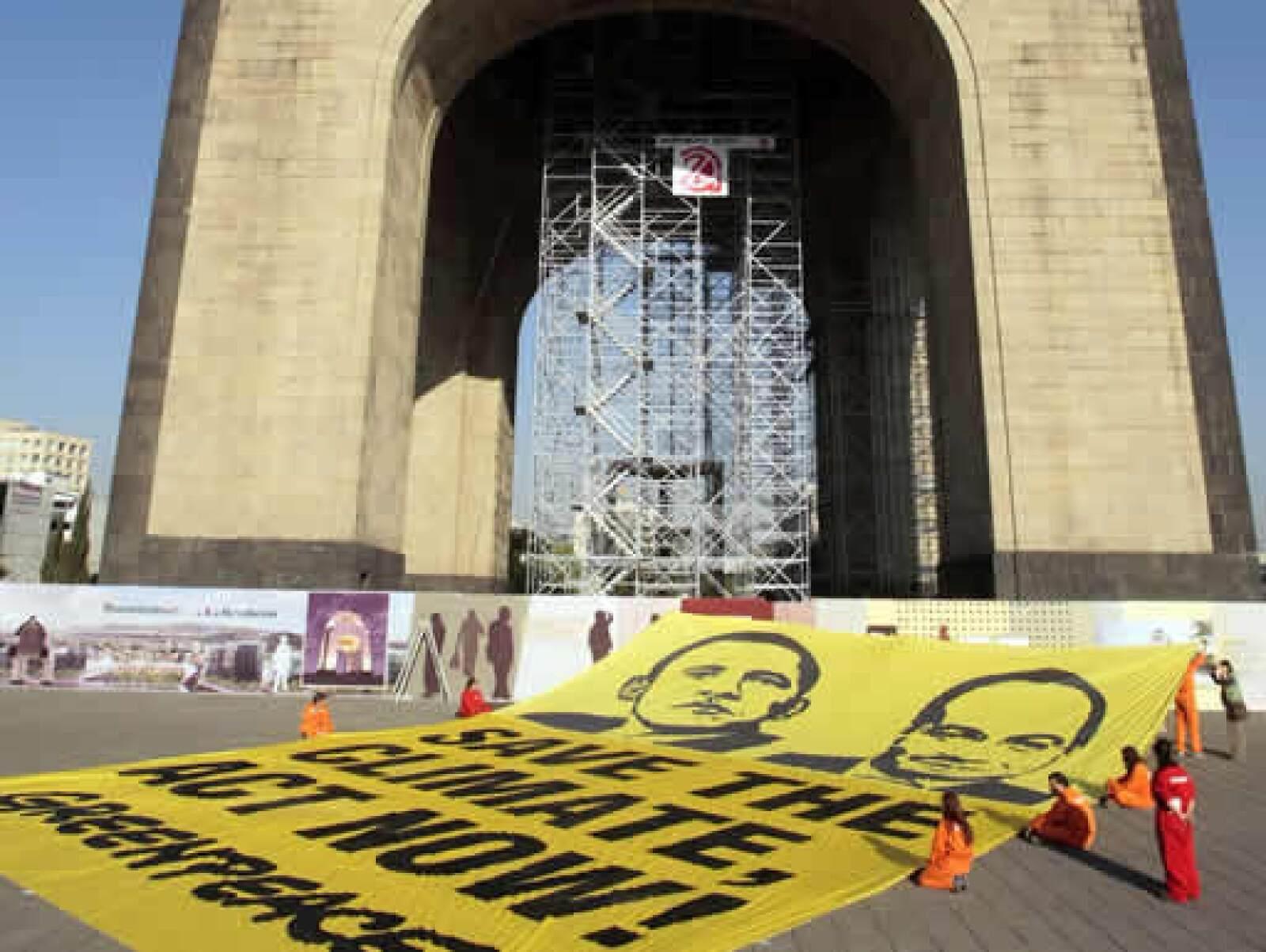 """Uno 20 integrantes de Greenpeace México intentaron colocar una manta en el Monumento a la Revolución con la leyenda """"Save the climate, act now"""" (Salven el clima, actúen ahora)."""