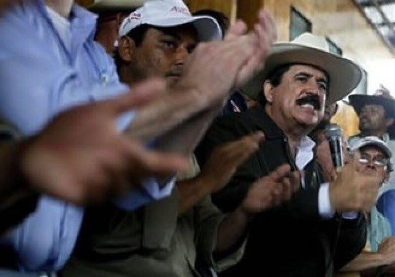 Manuel Zelaya (der.) fue sacado a la fuerza de su país, que ahora es dirigido por el Gobierno de facto de Roberto Micheletti. (Foto: AP)