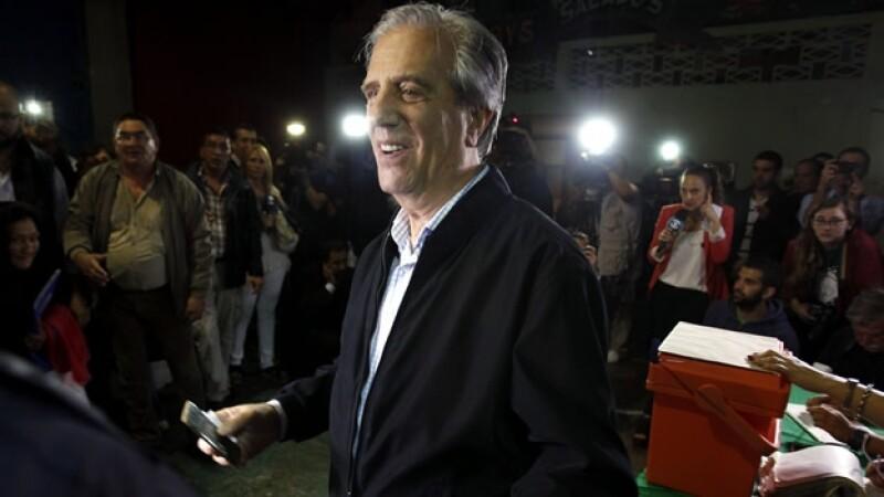 Tabaré Vásquez tras votar este domingo en la segunda vuelta de las elecciones presidenciales de Uruguay
