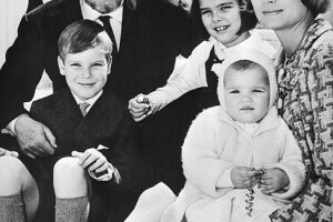 Los felices esposos con sus hijos Alberto, Carolina y Estefanía en las escaleras del palacio monaguesco en abril de 1966.