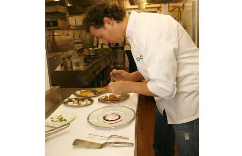 Empezó poniendo un poco de salsa en el plato para después acomodar las verduras.
