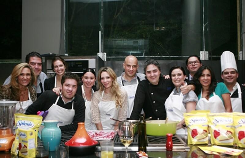 José Ariztia y Andrea de la Garza, Víctor León y Vivi Rivas, Francisco Moreno y Fernanda Mejía, Manuel y Zarina Rivera y la esposa del anfitrión, Mary Nieves Alonso, aceptaron el reto del chef de cocinar su cena.