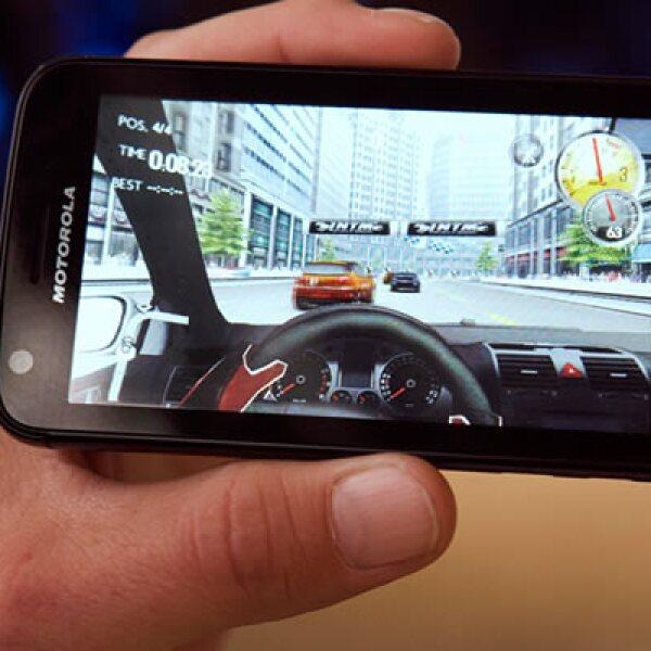 Un ejecutivo de Motorola juega Atrix,  el más reciente 'smartphone' de la firma.