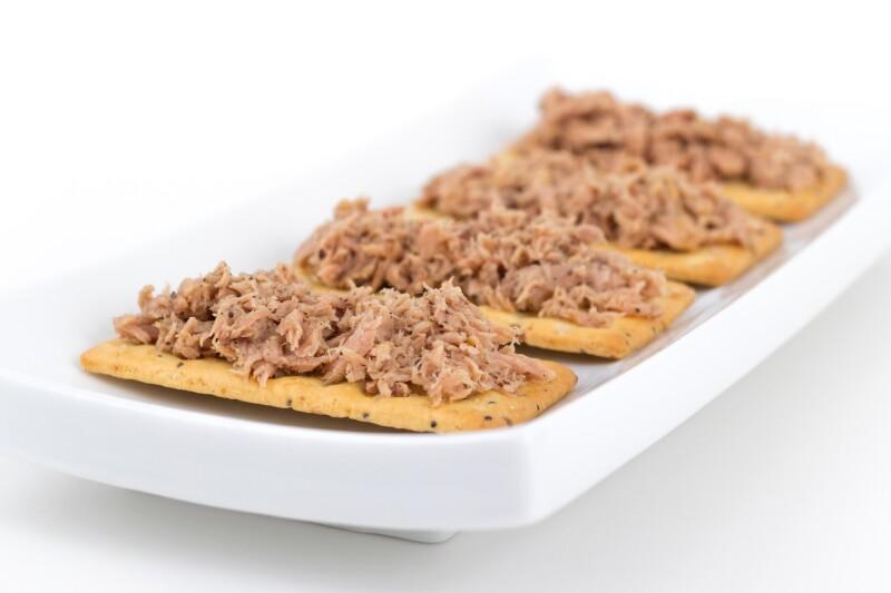 Atún con galletas saladas