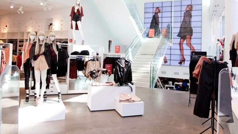 La marca inauguró su primera tienda en 1947; actualmente existen más de 173 establecimientos, que facturaron en 2011 poco más de 1,240 mdd.
