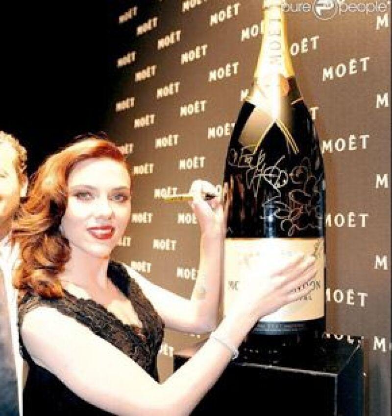 La actriz estadounidense, ahora con nuevo look de pelirroja, fue presentada anoche como la embajadora de Homenaje al cine, la nueva campaña dicha marca.