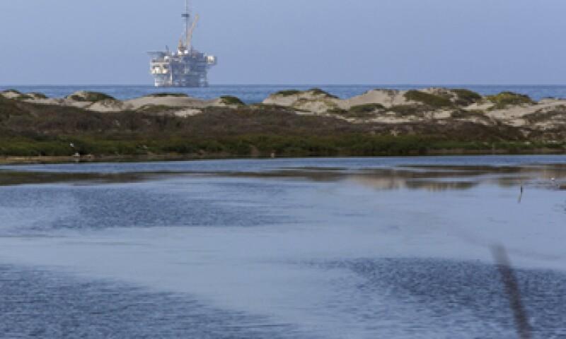 El Brent bajó 2.4% a 49.18 dólares por barril. . (Foto: Reuters)