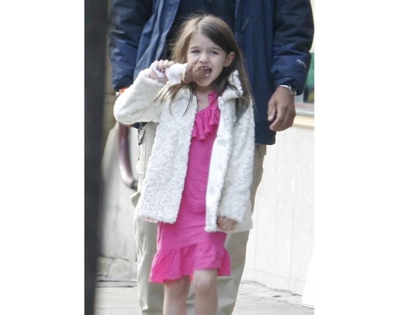 La pequeña Suri dejó de llorar cuando su mamá le compró otro helado.