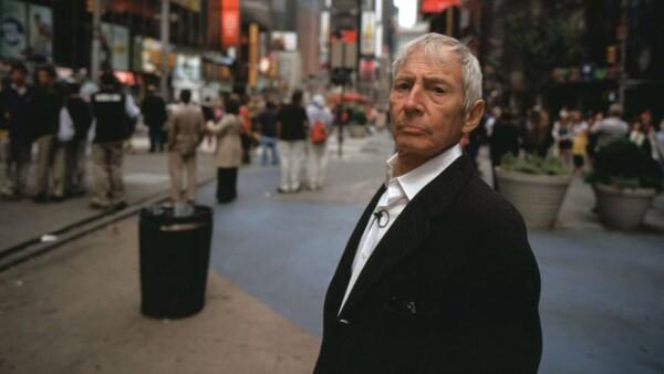 Luego de que HBO transmitiera varios capítulos sobre cómo Robert Durst estuvo involucrado en varios homicidios, éste confiesa que los había matado a todos y es detenido por las autoridades.