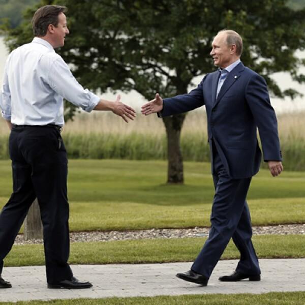 El presidente ruso Vladimir Putin .der- llegó a la cumbre, luego de ser criticado por respaldar al presidente sirio Bashar al-Assad.
