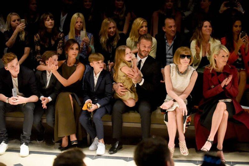 Victoria Beckham en front row de Burberry con su esposo y sus cuatro hijos.