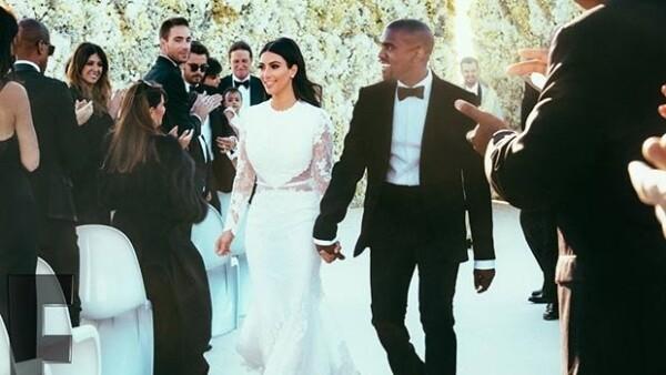 """En un espacio de tres años Kim Kardashian vivió dos bodas de ensueño, ¿pero cuál de ellas merece llevarse el título de """"fairytale""""? Las ponemos a batallar para decidirlo."""