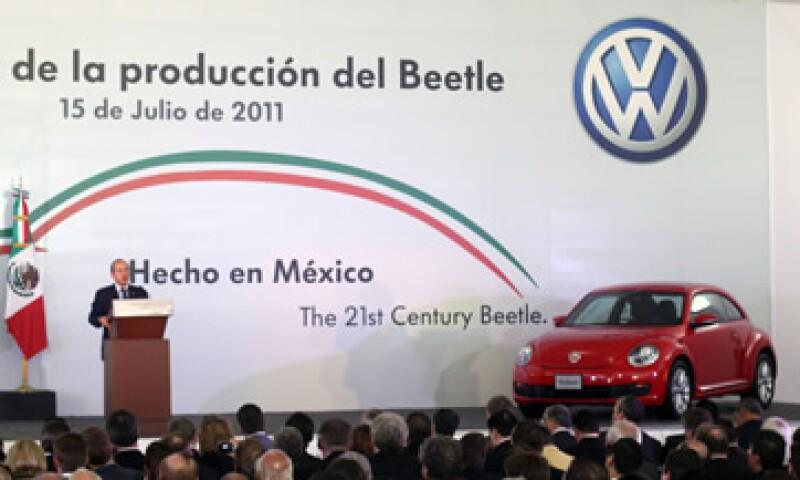 El presidente Felipe Calderón aseguró que la producción de Beetle en México creará 2,000 empleos. (Foto: Notimex)