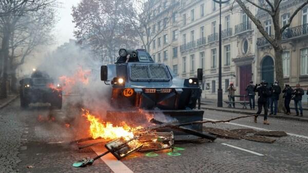 Protestas de los 'chalecos amarillos' en Francia dejan casi 1,400 detenidos