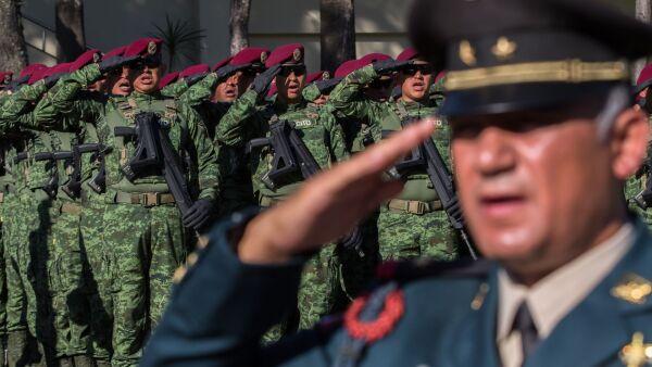 Militares saludan a la bandera durante el protocolo