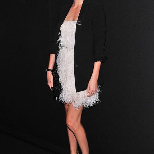 Charlize Theron combina la pieza con otro básico, blazer negro.
