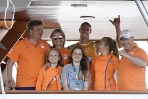 El atrleta Dorian Van Rijsselberghe junto a la familia real de Holanda.