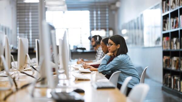 Cualquier alumno de estas tres casas de estudio puede acceder a los más de 100 cursos que estarán disponibles en línea y sin costo para ellos.