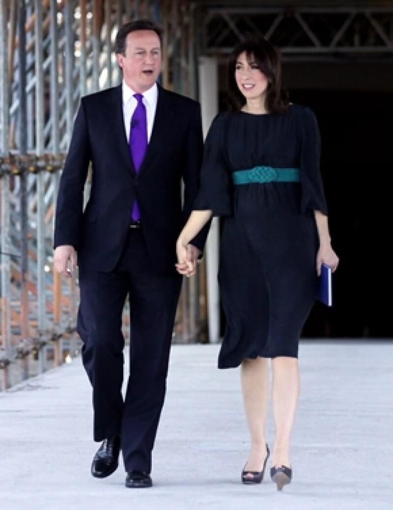 David Cameron y su esposa abandonaron en coches diferentes el lugar donde comieron con unos amigos, lo que creó la confusión de con quién se había ido la niña.