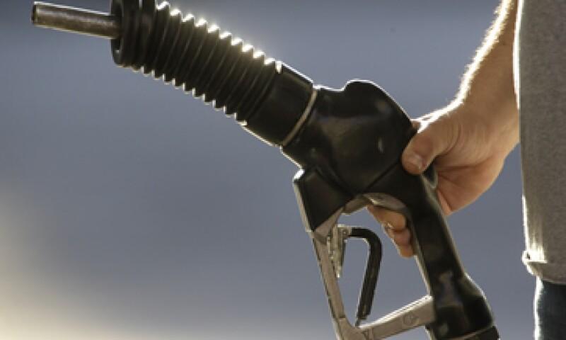 El objetivo del desliz en el precio del combustible para automotores es equilibrar las finanzas públicas y reducir la dependencia del exterior. (Foto: AP)
