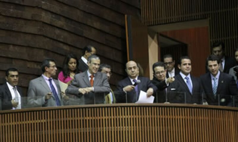 La protesta obligó a que la mesa directiva, presidida por Jesús Murillo Karam, se instalara en un balcón del salón de sesiones. (Foto: Notimex)