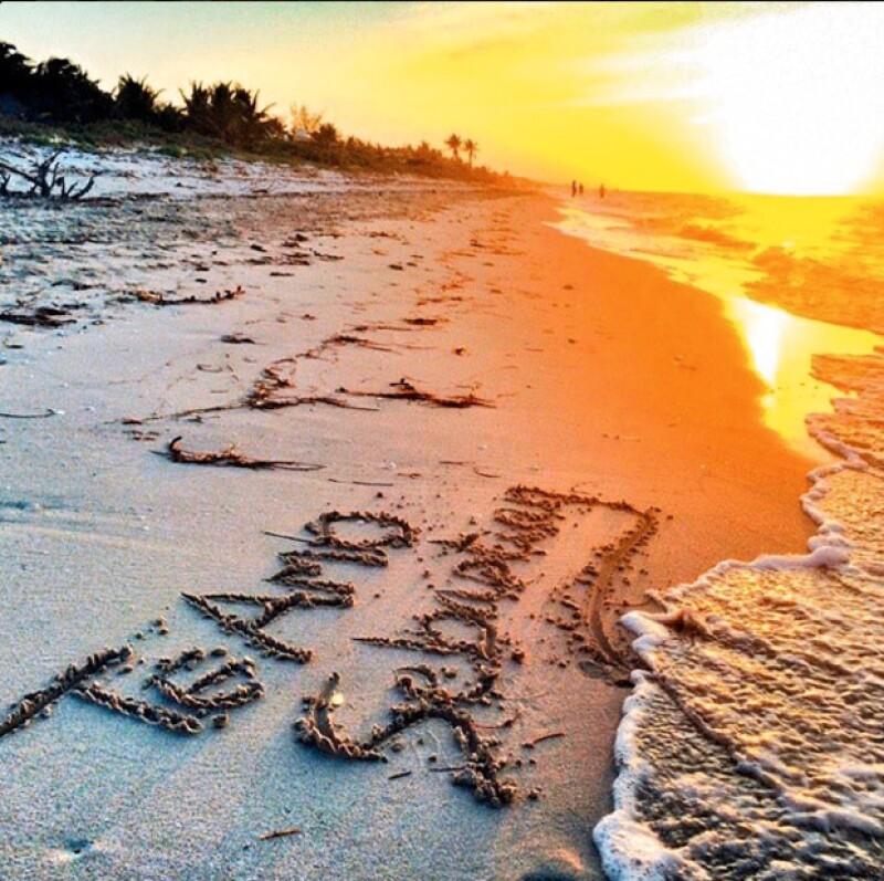 La actriz escribió en la arena su amor por Rulli.