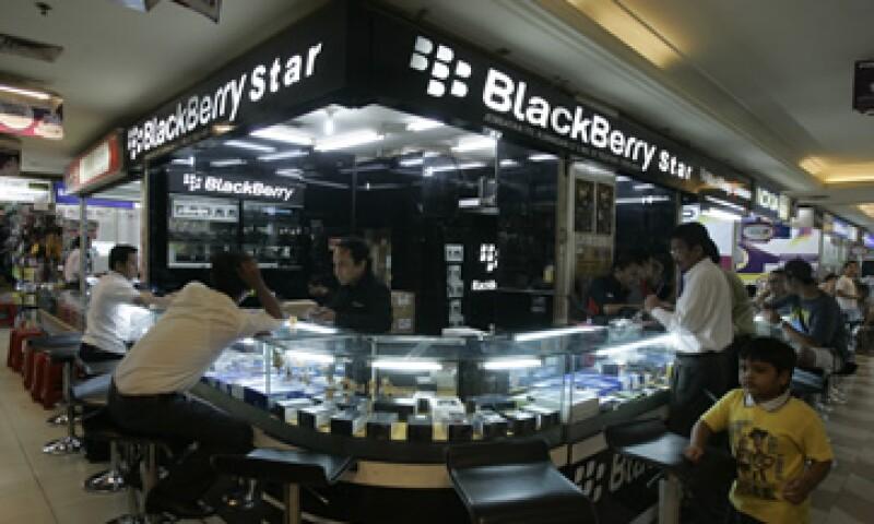 Los títulos del fabricante de BlackBerry llegaron a saltar más de un 10%. (Foto: AP)