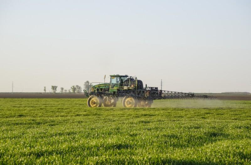 Tractor que aplica fertilizantes