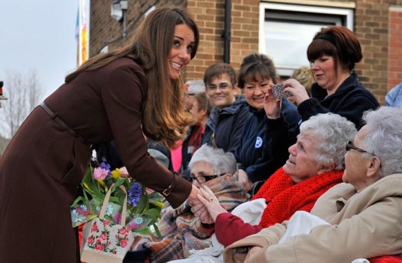 Algunas fuentes aseguran que la duquesa de Cambridge estuvo a punto de decir que tendrá una niña, al agradecerle a un admirador un regalo que le hicieron.
