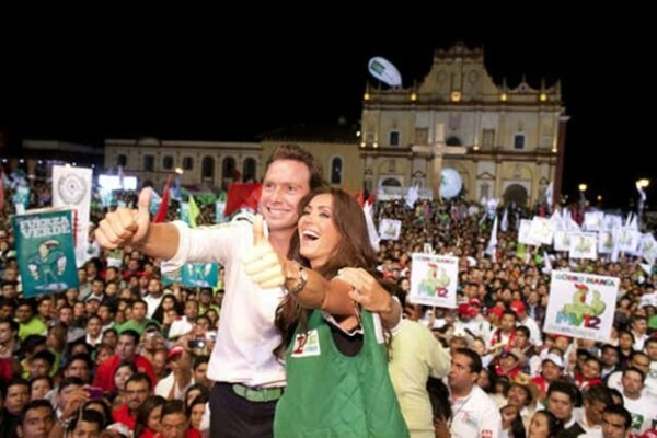 El 27 de junio, Anahí subió esta foto a Twitter y escribió: `En el cierre de campaña de @VelascoM_ olee que felicidad´.