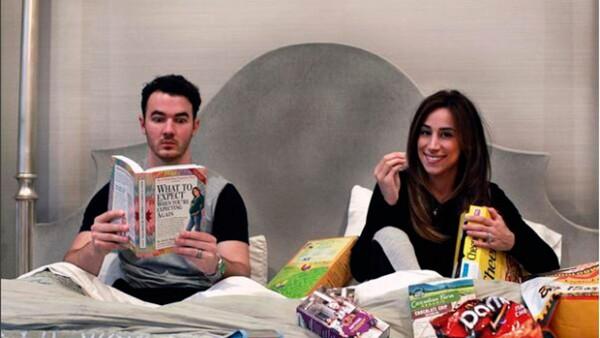 El segundo hijo del cantante y su esposa Danielle nacerá el próximo invierno. Mira la divertida manera en que compartieron la noticia.