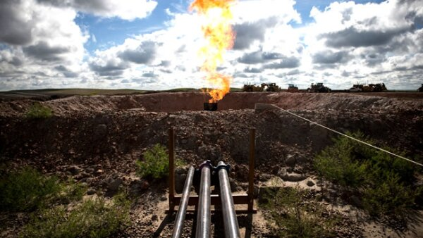 Una llamarada de gas emerge de un pozo de petr�leo en Williston, Dakota del Norte (Getty Images)