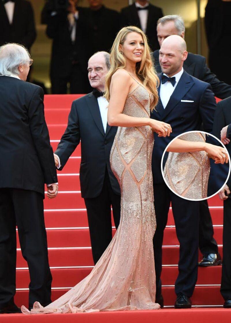 En su paso por la red carpet del festival de cine francés, la actriz robó miradas con un vestido Versace que dejó al descubierto los primeros indicios de su embarazo.