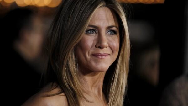 Una fuente cercana a la protagonista de Friends aseguró que se siente feliz por el anuncio de la boda de Angelina Jolie.