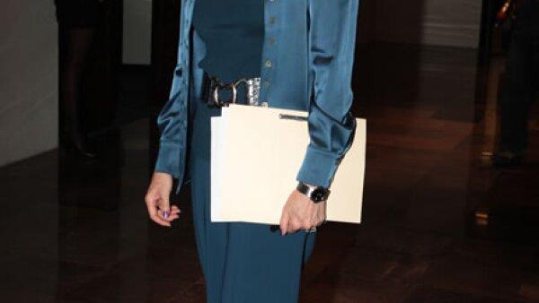 Con un look monocolor en azul eléctrico llegó la escritora a la Cumbre de la Comunicación, realizada en el Hotel Camino Real. El acierto en su atuendo fue la combinación de texturas opacas y brillosas, que logran que su imagen no se vea simple.