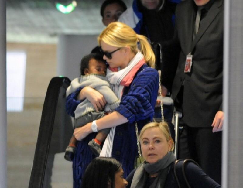 Charlize se mostró como una madre muy protectora.