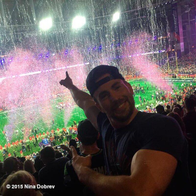 Chris Evans muy feliz porque los Patriots triunfaran al final.