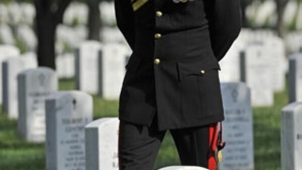 Durante su visita a EU el príncipe de Gales visitó el Centro Médico Militar más grande del país y rindió honores a los soldados caídos en combate en el cementerio de Arlington en Virginia.
