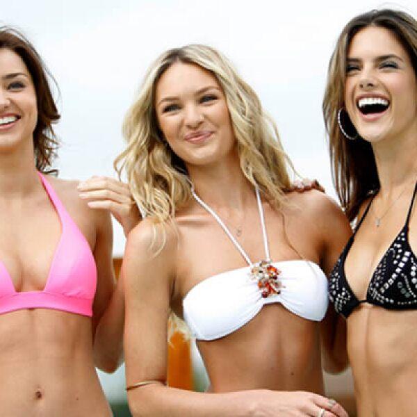 Las modelos aparecen en el catálogo para el verano 2010.