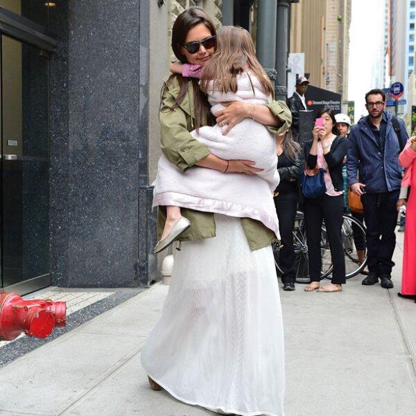Katie protegiendo a su hija.