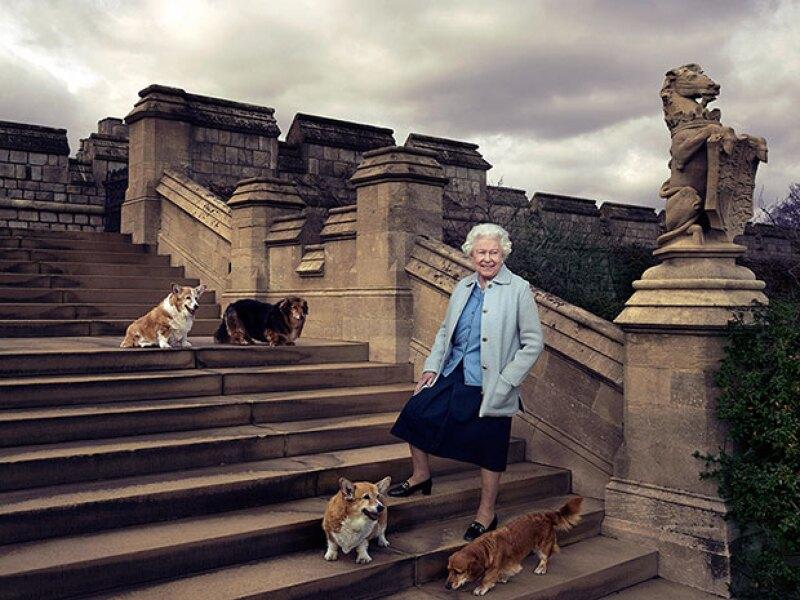 Una foto con sus perros tampoco podía faltar en el aniversario de la reina.