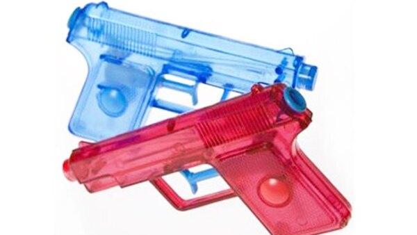 Obligar� a que los juguetes fabricadas como r�plicas de las reales sean pintadas de colores brillantes