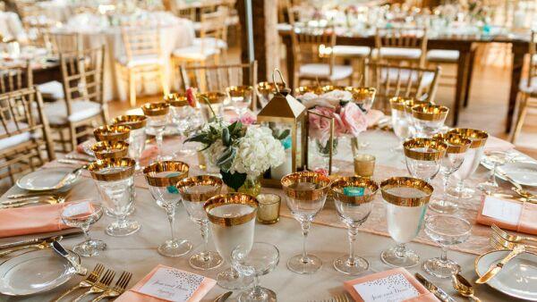 Deja de confundirte con las copas, los cubiertos y la etiqueta, te enseñamos cinco sencillos consejos para manejar la mesa de gala a la perfección.