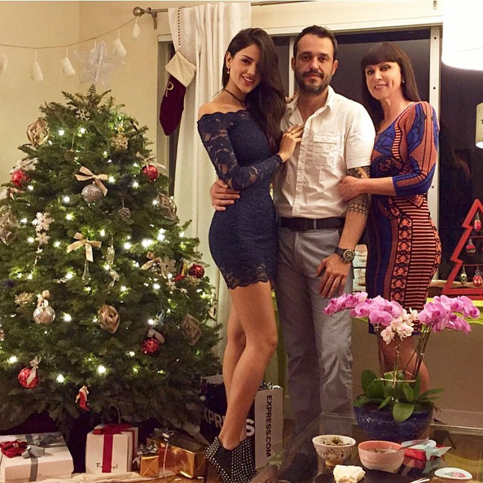 Eiza con su mamá y hermano, quienes viajaron a LA para pasar Navidad en familia.