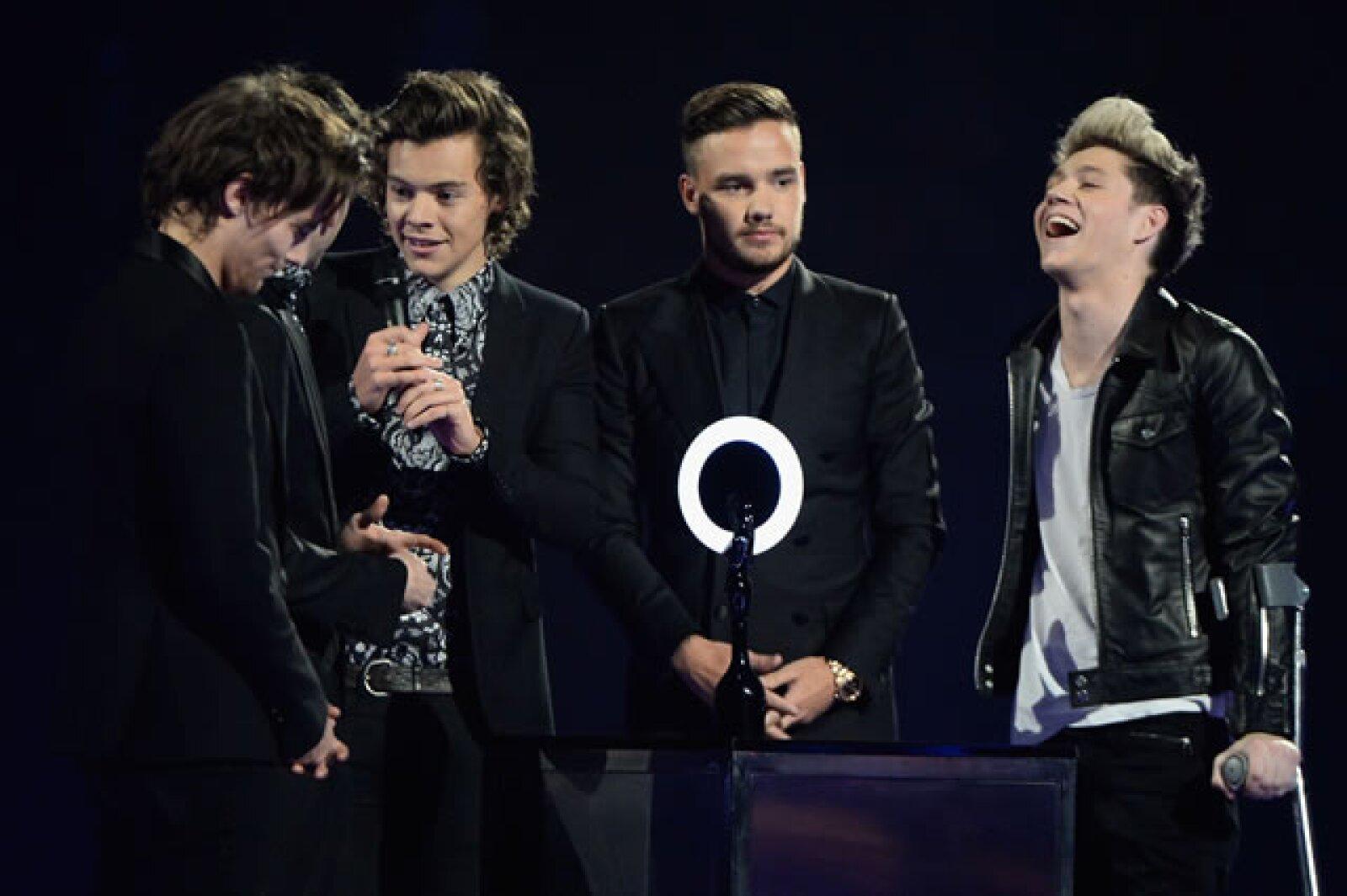 Los One Direction recibieron sus premios, por Mejor Video y por su éxito global.