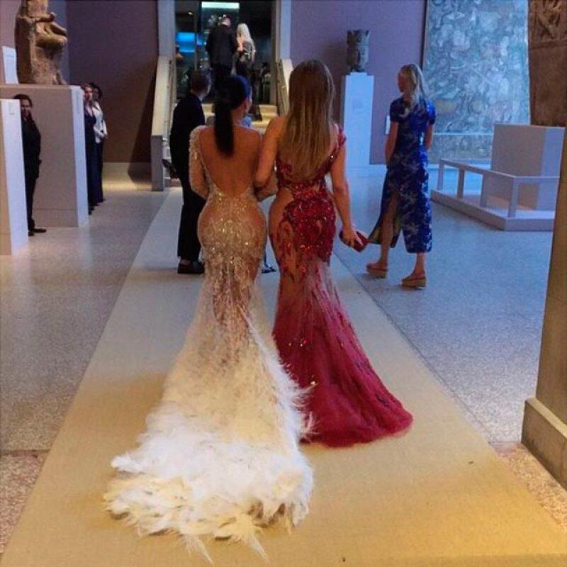 Kanye West capturó esta imagen de su esposa Kim Kardashian caminando junto a la también voluptuosa Jennifer Lopez.