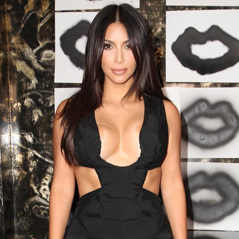 La esposa de Kanye West acudió a un evento de belleza el día de ayer en Los Ángeles en donde nuevamente robó todas las miradas con un extraño y marcado escote. ¿In o Out?