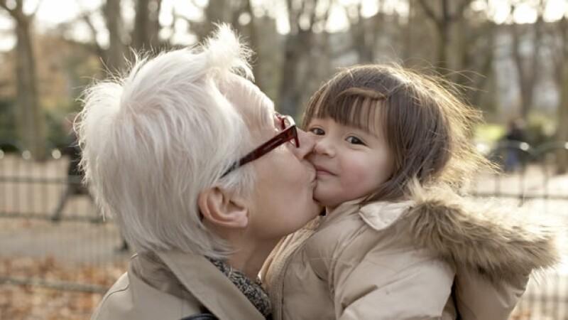 abuela nieta parque beso anciano
