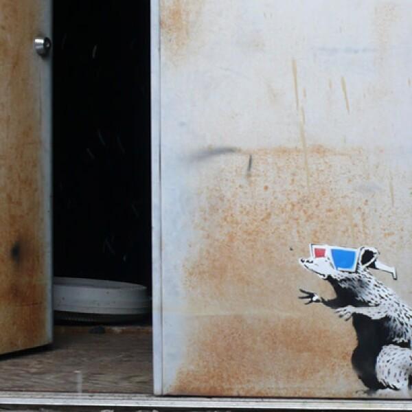 No sólo en grandes paredes Banksy deja huella.